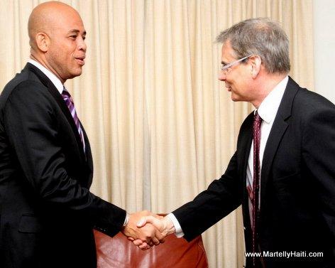 President Michel Martelly serrant la main du nouvel Ambassadeur du Bresil, M. Jose Luis Machado e Costa. Jose Luis Machado e Costa