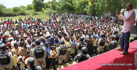 President Michel Martelly s'adressant a la population de Merger apres avoir ecoute ses doleances