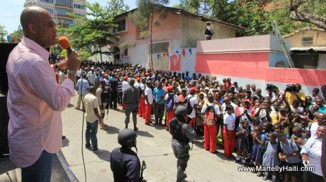 President Michel Martelly s'adressant a la population reunie devant le Centre Professionnel Municipal de Petion-Ville