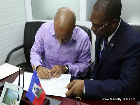 PHOTO: Haiti PM Laurent Lamothe nan DGI pou fè declaration definitive d'impots li