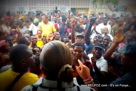 PHOTO: Haiti - Sophia Martelly Visite yon Abri Provisoire au Cap-Haitien ki anba dlo inondation