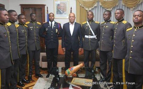PHOTO: Haiti - President Martelly ak Militaire Haitien ki ap pran formation en Equateur