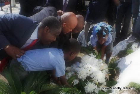 PHOTO: Haiti - President Martelly depose Fleurs Vertières - 18 Novembre 2014