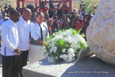 PHOTO: Haiti - Martelly, moman silans nan memwa viktim tranbleman de te 12 Janvye 2010 yo