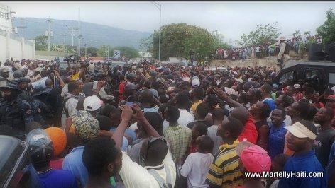 PHOTO: Haiti - Yon foul moun devan baz CIMO padan President Martelly tap vizite