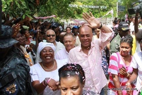 A l'entree de la Maison des Femmes de la Grand'Anse dont l'ouverture officielle a eu lieu ce mercredi 4 septembre 2013