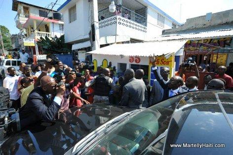 PHOTO: Haiti - Premier Minis Evans Paul visite fanmi Fantom Barikad Crew nan Rue Nicolas