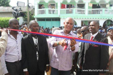 Coupure de ruban symbolisant l'inauguration officielle des nouveaux locaux de la Direction Departementale du Nord-est