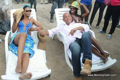 PHOTO: Haiti - President Martelly ap gaye pay li a la Plage...