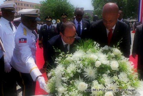 PHOTO: Haiti - President Francois Hollande depoze yon Gerbe de Fleurs devan Statue Toussaint Louverture