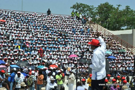 PHOTO: Haiti - PM Evans Paul ap inogure Kiosque Occide Jeanty... Yon foul moun devan li...