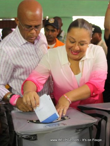PHOTO: Haiti Elections - President Martelly akonpaye Sophia Martelly k ap Vote