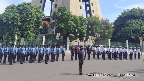 PHOTO: Haiti 18 Novembre 2015 - Unité Police Nationale d'Haiti yo devan MUPANAH, Champs-de-Mars