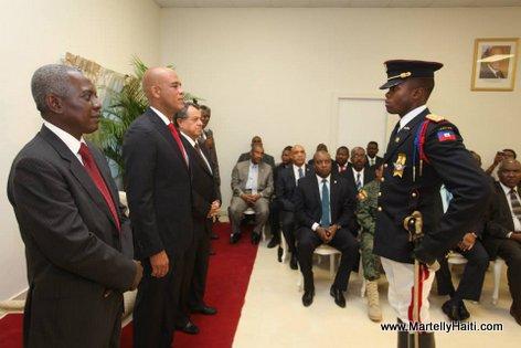Commandant Herard Dimitry saluant President Michel Martelly