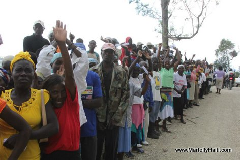 La population de Guibe accueillant President Michel Martelly