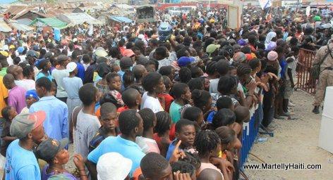 La population du Wharf Jeremie attentive aux propos du President Michel Martelly