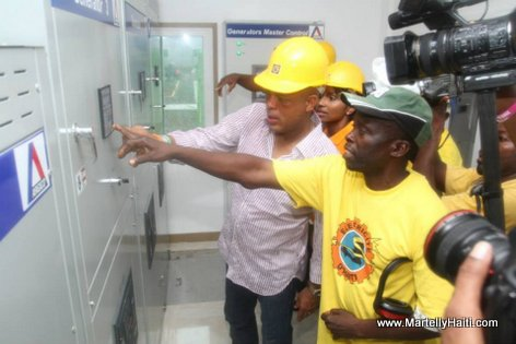 President Michel Martelly avec un technicien de l'EDH