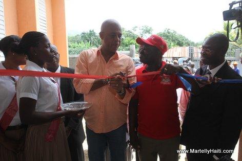 President Michel Martelly coupant le ruban inaugural