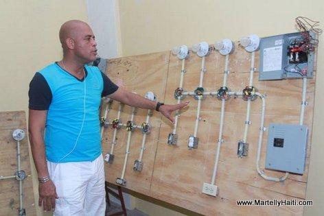 President Michel Martelly en visite dans l'atelier Electricite