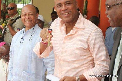 President Martelly exhibant la clef de la ville de Hinche