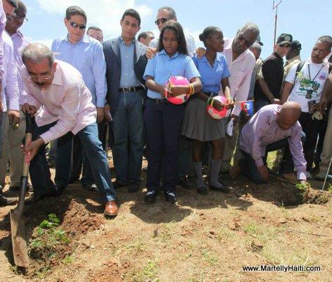 Les deux Presidents, Michel Martelly et Danilo Medina - mise en terre de plantules d'acajou a Dosmond