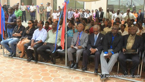 Quelques uns des invites a l'inauguration du Complexe Administratif et Socioculturel du Centre
