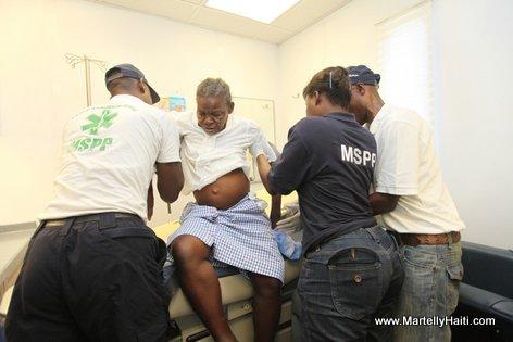 Une patiente recevant des soins dans le cadre de la clinique mobile