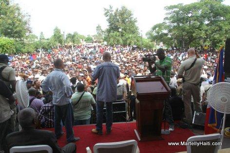 Une vue de la foule massee sur la Place d'Armes de Hinche pour ecouter le President Michel Martelly