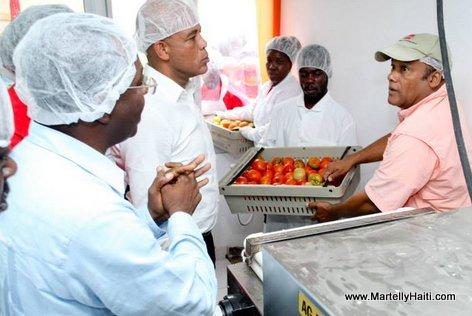President Martelly recoit des explications sur le mode de fonctionnement du centre