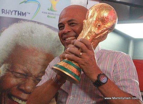 Trophée de la Coupe du monde de footbal dans les mains du président Matelly