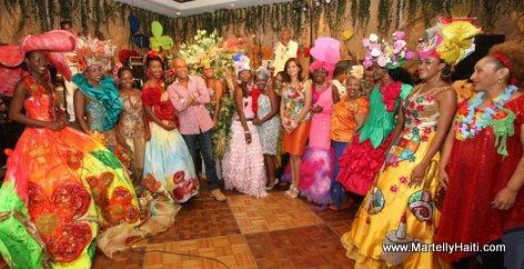 Photo de souvenir du president Michel Martelly avec les Reines du Carnaval des Fleurs