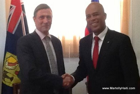 Photo souvenir entre le President Martelly et le Gouverneur des Iles Turques et Caiques, M. Ric Todd