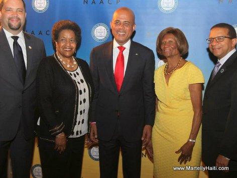 President Martelly entoure de Benjamin Todd Jealous, President du NAACP, Mme Myrlie Evers-William, activiste, a gauche et a droite Mme Hazel Dukes, Me