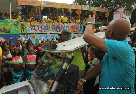 President Michel Martelly, S.E.M. Michel Joseph Martelly, saluant des Carnavaliers