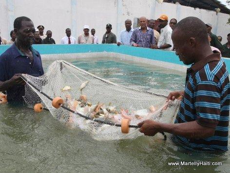 President Michel Martelly assistant a une exhibition de peche