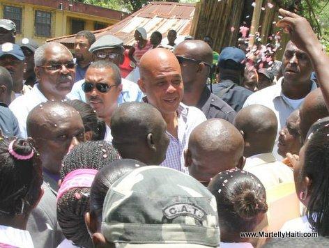 President Martelly a son arrivee a Plaisance en compagnie des ministres des Affaires Sociales, M. Charles Jean-Jacques et et de l'Interieur, M.David B