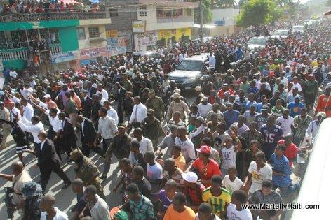 President Martelly, PM Laurent Lamothe ak yon foul moun nan lari Cap Haitien 18 Nov 2013