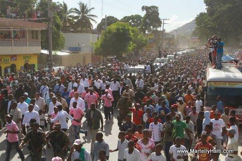 President Martelly rantre Cap Haitien a pied 18 Nov 2013