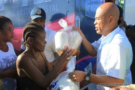 Haiti President Martelly ap distribye kits alimentaire nan Bois-Neuf