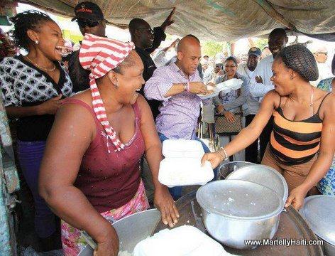 Haiti - President Martelly ap danse anba tant ak yon plat manje nan men li... LOL...