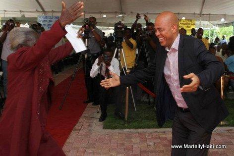 Mezanmi... Gade yon granmoun ki ap kouri vinn anbrase President Martelly