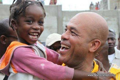 President Martelly kenbe yon ti piti fi, yo tou le de ap souri