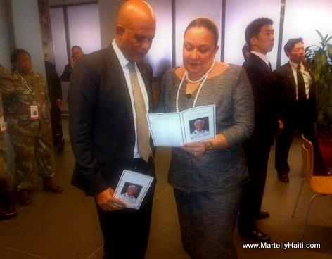 President Martelly et Permiere Dame Sophia Martelly au stade Soccer City en train de consulter le livret contenant le ceremonial!
