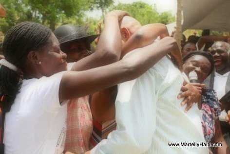 President Martelly : Se tankou yon ti jwèt, tout moun vle manyen tèt kale-a lol...
