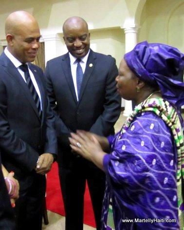 Le Chef de l'Etat s'entretenant avec l' pouse du Pr sident Sudafricain, Jacob Zuma en pr sence du Ministre des Affaires EtrangSres, M. Pierre Richard