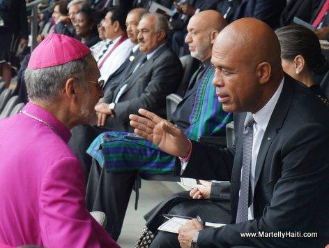 Salutations d'usage entre president Martelly et l'Eveque des Cayes Emmanuel Lafond