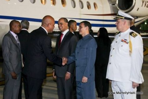 President Martelly ap salue kek leaders le li fek rive Venezuela, Dec 2013