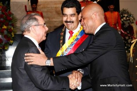Venezuela - President Martelly saluant President Dominicain Danilo Medina sous le regard du President Venezuelien Nicolas Maduro