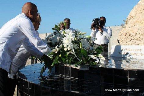 President Martelly depoze Fleurs pou victim Seisme 12 Janvier 2010 yo