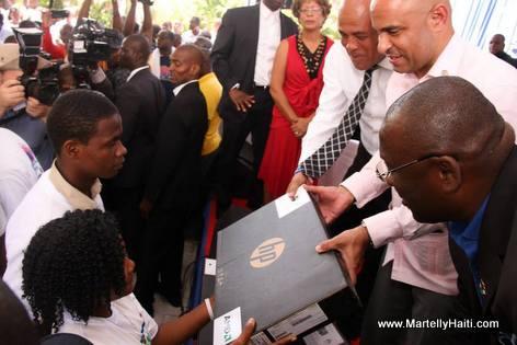 Haiti - President Martelly distribye 500 Laptops bay elèv lekòl